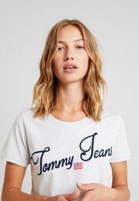 Tommy Jeans - VINTAGE SCRIPT TEE - T-shirt imprimé - pale grey - 3