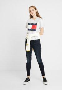 Tommy Jeans - FLAG TEE - T-shirt imprimé - pale grey - 1