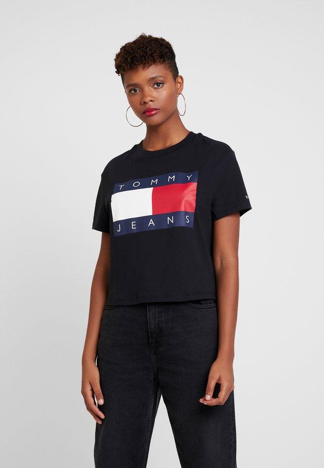 FLAG TEE - Printtipaita - black