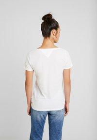 Tommy Jeans - ESSENTIAL V-NECK LOGO TEE - T-shirt z nadrukiem - classic white - 2