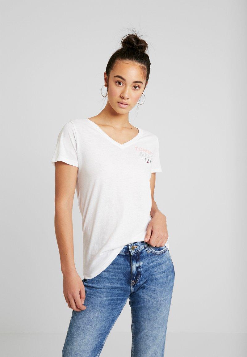 Tommy Jeans - ESSENTIAL V-NECK LOGO TEE - T-shirt z nadrukiem - classic white