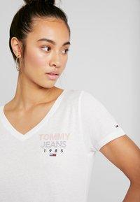 Tommy Jeans - ESSENTIAL V-NECK LOGO TEE - T-shirt z nadrukiem - classic white - 4