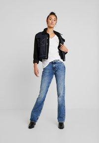 Tommy Jeans - ESSENTIAL V-NECK LOGO TEE - T-shirt z nadrukiem - classic white - 1