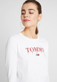 Tommy Jeans - ESSENTIAL LOGO LONGSLEEVE - Topper langermet - classic white - 4