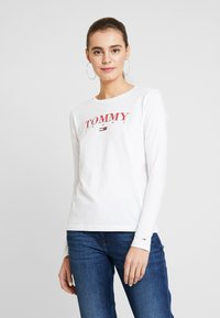 Tommy Jeans - ESSENTIAL LOGO LONGSLEEVE - Topper langermet - classic white - 0