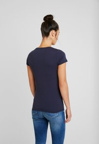 Tommy Jeans - ESSENTIAL SLIM LOGO TEE - T-shirts med print - black iris - 2