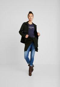 Tommy Jeans - ESSENTIAL SLIM LOGO TEE - T-shirts med print - black iris - 1