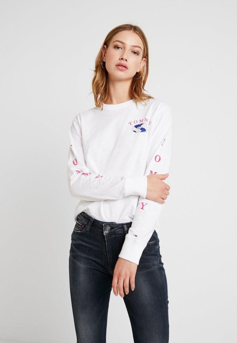 Tommy Jeans - GLOBE LONGSLEEVE - Camiseta de manga larga - classic white