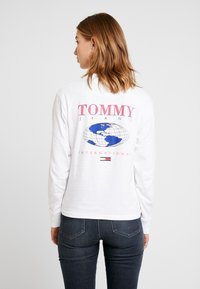 Tommy Jeans - GLOBE LONGSLEEVE - Camiseta de manga larga - classic white - 2