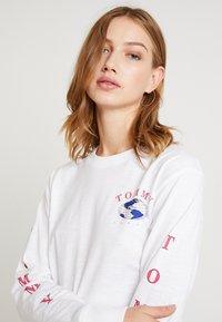 Tommy Jeans - GLOBE LONGSLEEVE - Camiseta de manga larga - classic white - 3