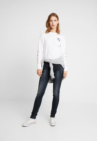 Tommy Jeans - GLOBE LONGSLEEVE - Camiseta de manga larga - classic white - 1
