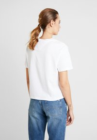 Tommy Jeans - SMALL LOGO TEXT TEE - Print T-shirt - classic white - 2