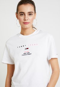 Tommy Jeans - SMALL LOGO TEXT TEE - Print T-shirt - classic white - 4