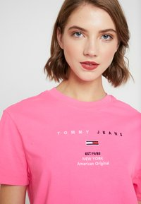 Tommy Jeans - SMALL LOGO TEXT TEE - T-shirts med print - pink glo - 4