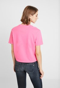 Tommy Jeans - SMALL LOGO TEXT TEE - T-shirts med print - pink glo - 2