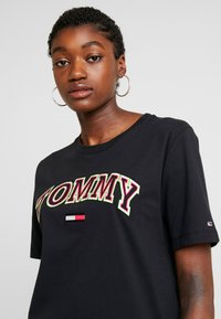 Tommy Jeans - NEON COLLEGIATE TEE - T-shirts med print - black - 3