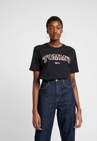 Tommy Jeans - NEON COLLEGIATE TEE - T-shirts med print - black - 0