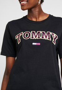 Tommy Jeans - NEON COLLEGIATE TEE - T-shirts med print - black - 5
