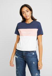 Tommy Jeans - STRIPE LOGO TEE - Camiseta estampada - classic white/multi - 0