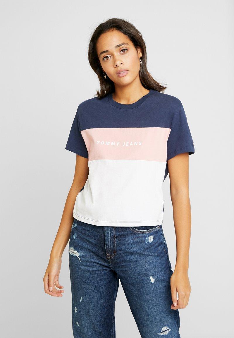 Tommy Jeans - STRIPE LOGO TEE - Camiseta estampada - classic white/multi