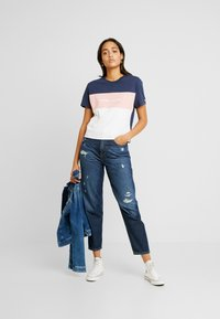 Tommy Jeans - STRIPE LOGO TEE - T-shirts med print - classic white/multi - 1