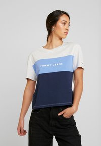 Tommy Jeans - STRIPE LOGO TEE - T-shirts med print - pale grey/multi - 0