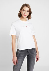 Tommy Jeans - LINEAR LOGO DETAIL TEE - Jednoduché triko - classic white - 0