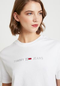 Tommy Jeans - LINEAR LOGO DETAIL TEE - T-shirts - classic white - 4