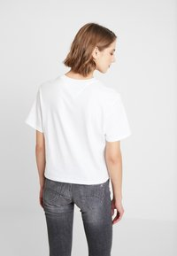 Tommy Jeans - LINEAR LOGO DETAIL TEE - Jednoduché triko - classic white - 2