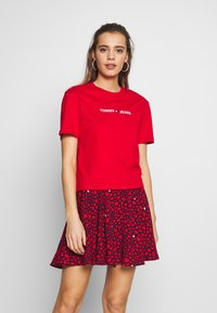 Tommy Jeans - LINEAR LOGO DETAIL TEE - T-shirt basique - racing red - 0
