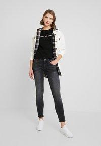 Tommy Jeans - LINEAR LOGO DETAIL TEE - T-shirt basique - black - 1