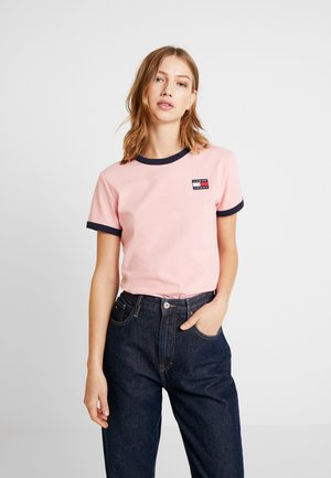 BADGE RINGER TEE - Print T-shirt - pink icing