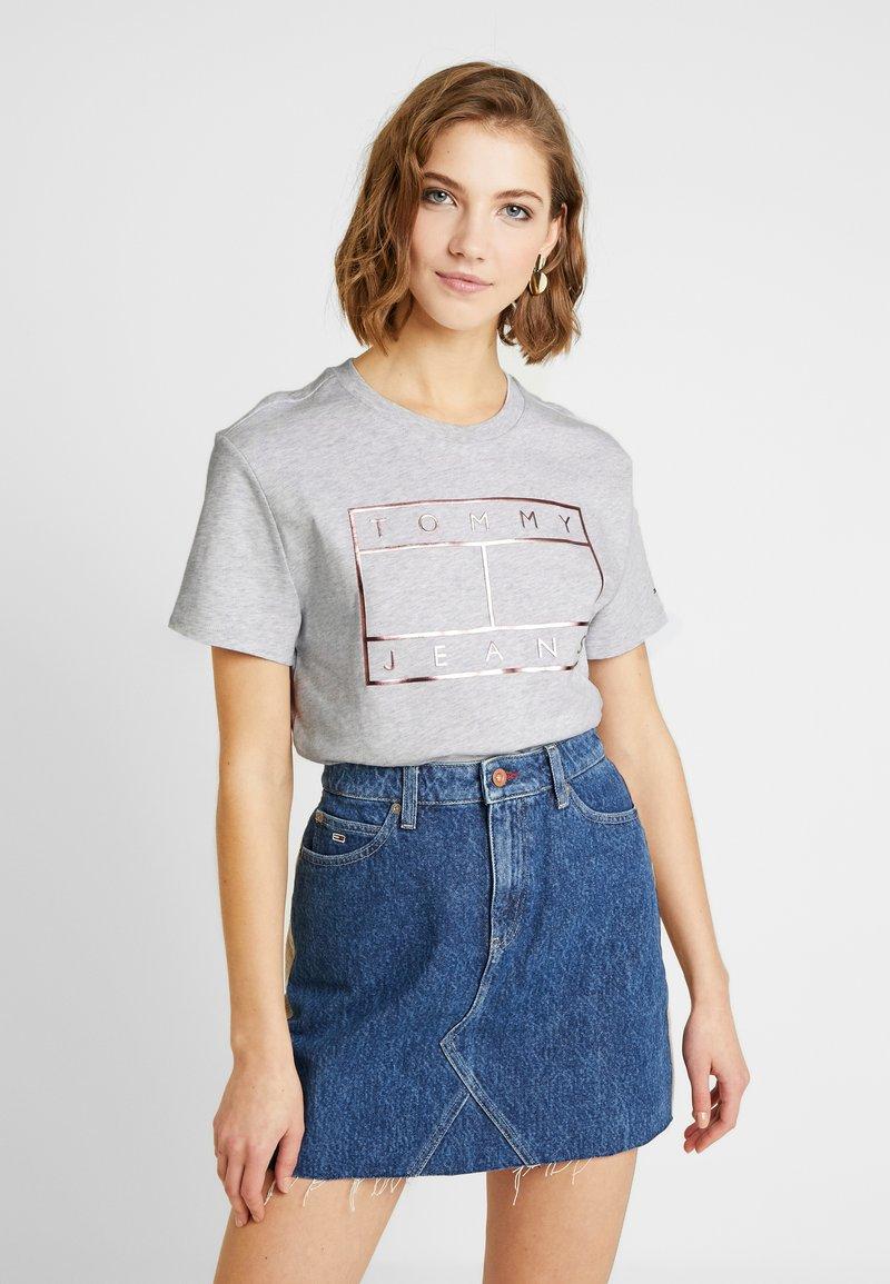 Tommy Jeans - OUTLINE FLAG TEE - T-shirt imprimé - pale grey heather