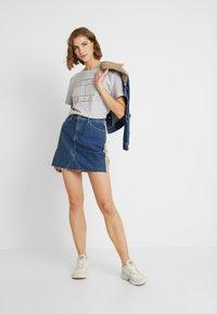 Tommy Jeans - OUTLINE FLAG TEE - T-shirt imprimé - pale grey heather - 1