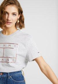 Tommy Jeans - OUTLINE FLAG TEE - T-shirt imprimé - pale grey heather - 3