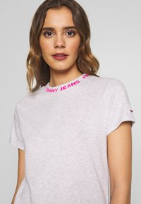 Tommy Jeans - BRANDED NECK TEE - T-shirts - pale grey htr - 4