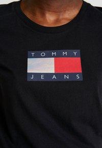 Tommy Jeans - METALLIC LOGO TEE - T-shirt print - black - 4
