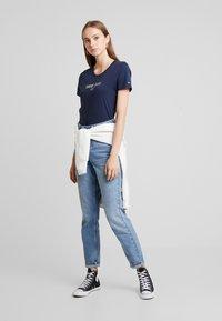 Tommy Jeans - METALLIC TEE - T-shirt imprimé - black iris - 1