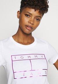 Tommy Jeans - METALLIC FLAG TEE - Print T-shirt - white - 3