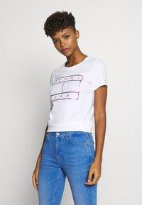 Tommy Jeans - METALLIC FLAG TEE - Print T-shirt - white - 0