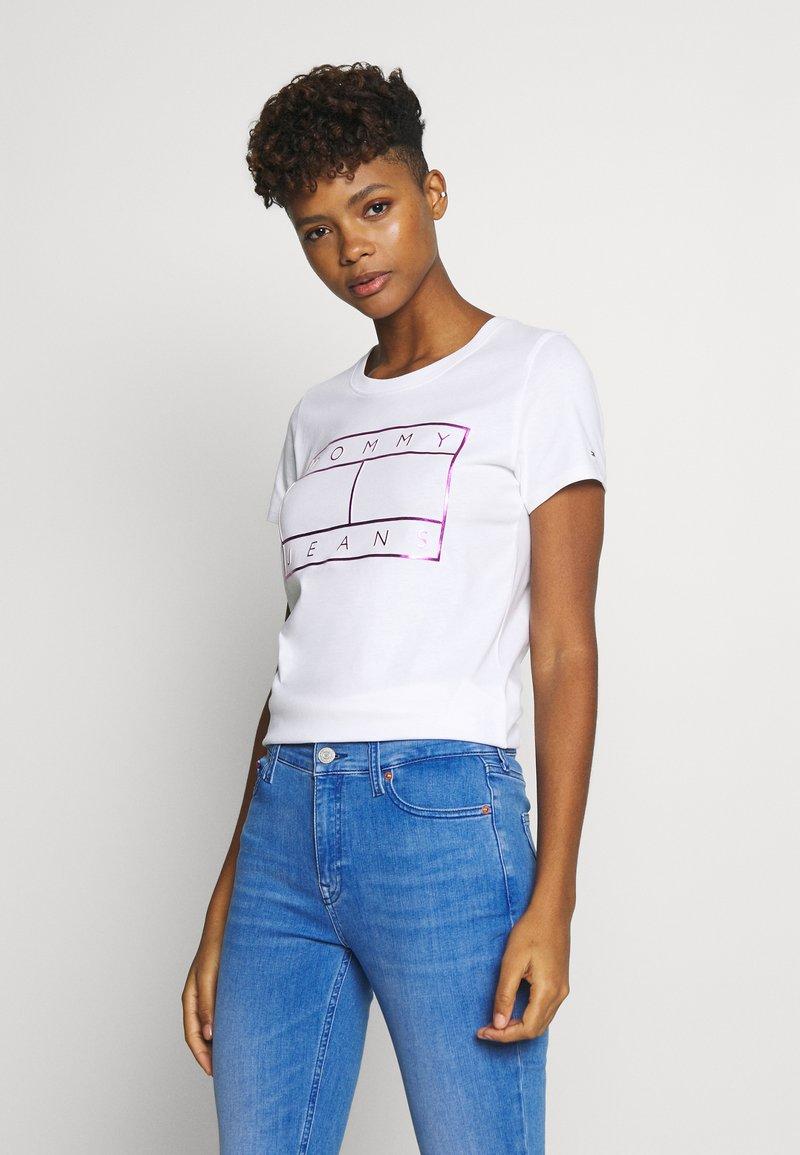 Tommy Jeans - METALLIC FLAG TEE - Print T-shirt - white