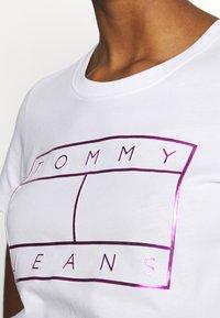Tommy Jeans - METALLIC FLAG TEE - Print T-shirt - white - 5
