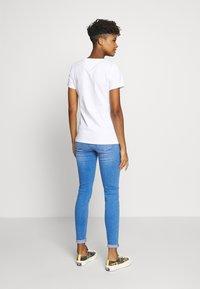 Tommy Jeans - METALLIC FLAG TEE - Print T-shirt - white - 2