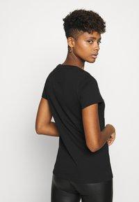 Tommy Jeans - METALLIC FLAG TEE - Print T-shirt - black - 2