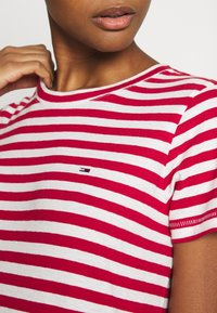Tommy Jeans - TEXTURED STRIPE TEE - Print T-shirt - pink daisy/white - 4