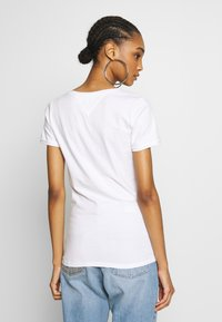 Tommy Jeans - SHORTSLEEVE STRETCH TEE - Basic T-shirt - white - 2