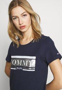 Tommy Jeans - METALLIC LOGO TEE - T-shirt print - twilight navy - 4