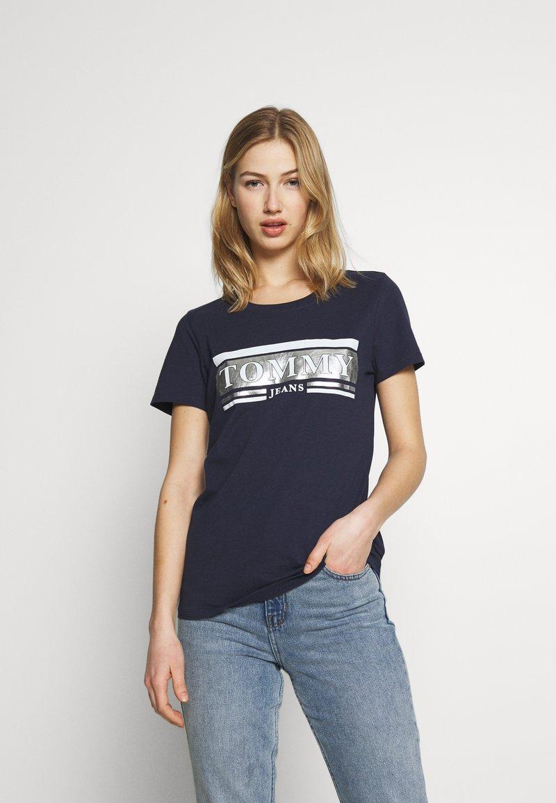 Tommy Jeans - METALLIC LOGO TEE - T-shirt print - twilight navy