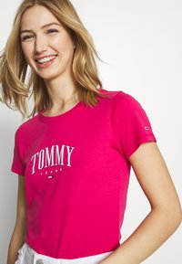 Tommy Jeans - SCRIPT  - T-shirts med print - blush red - 4