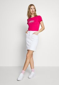 Tommy Jeans - SCRIPT  - T-shirts med print - blush red - 1